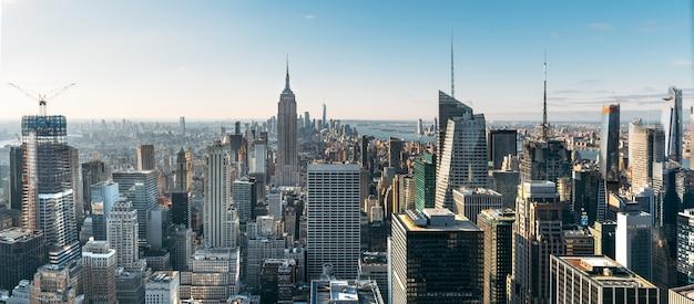 Вид с воздуха на большие и впечатляющие здания в нью-йорке - панорамный пейзаж