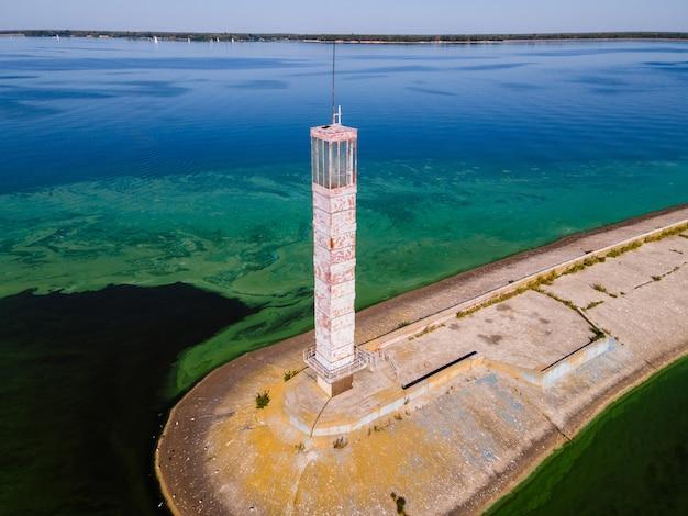 アオコに囲まれた灯台の空撮