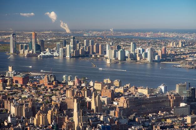 Вид с воздуха на нижний ист-сайд манхэттена с бруклином