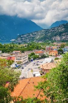 Вид с воздуха на небольшую деревню торболе на озере гарда, италия