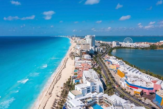 멕시코의 푼타 노르테 해변 옆 칸쿤에 있는 고급 호텔의 공중 전망