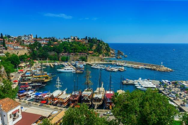 Вид с воздуха на пристань для яхт и крыши домов старого городка калеичи в анталии, турция.