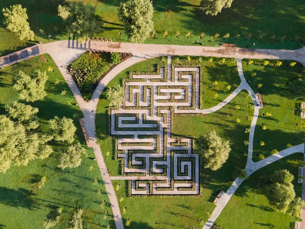 Вид с воздуха на лабиринт кустов в парке