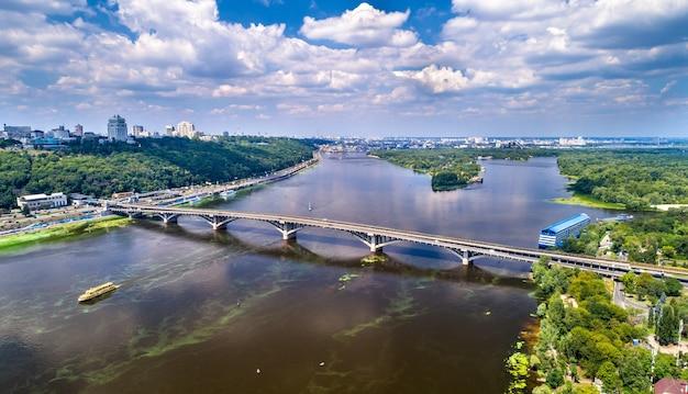 ウクライナの首都キエフのドニエプル川を渡るメトロ橋の空撮