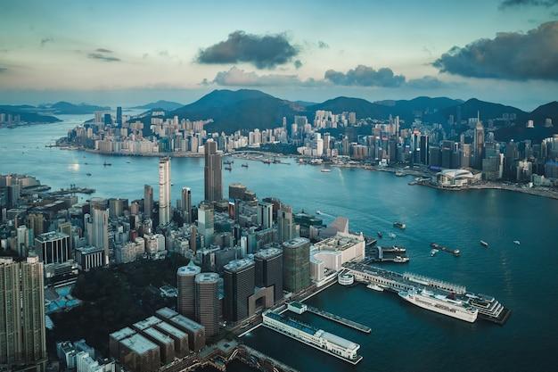 Вид с воздуха на современный город гонконг