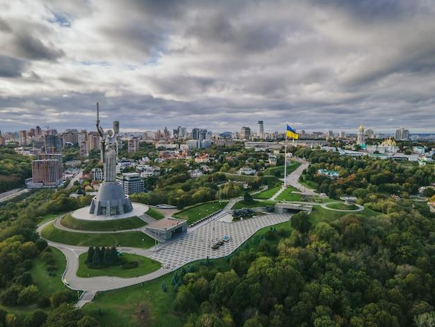Вид с воздуха на памятник родина-мать в центре города