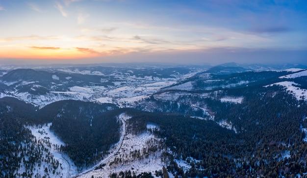 曇った凍るような日の冬の山の森の神秘的な風景の空撮。北欧諸国の過酷な美しさのコンセプト。コピースペース