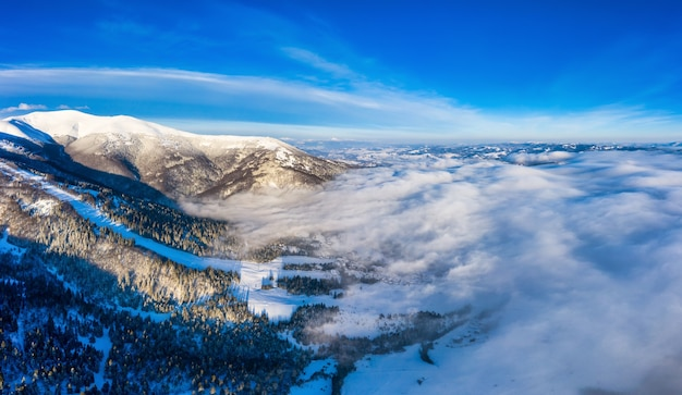 겨울의 신비로운 풍경의 항공 보기