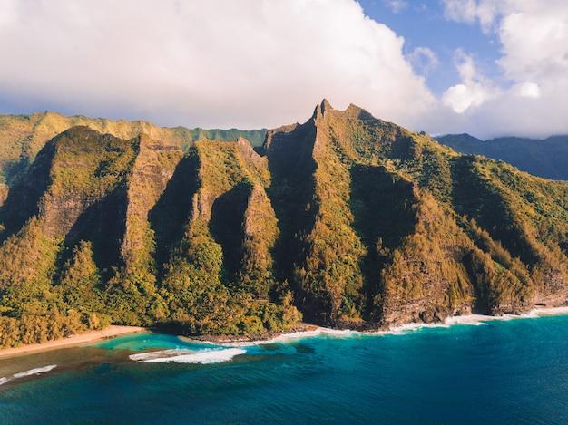 Вид с воздуха на скалы побережья на пали на гавайях