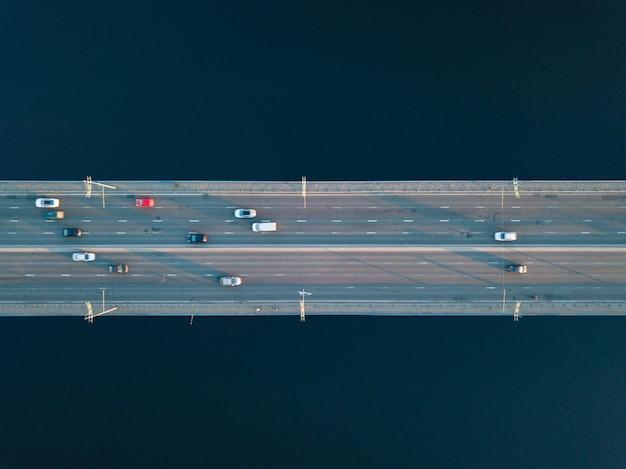 키예프 시내, 우크라이나에서 자동차와 함께 북쪽 다리와 드니 프르 강 도로의 공중보기.