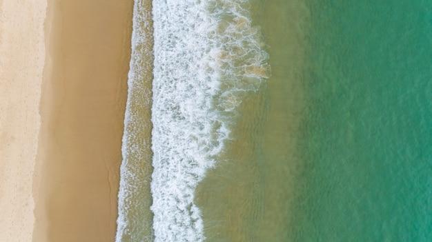 안다만 바다의 해안에 세척 파도의 공중보기 놀라운 하향식 자연 풍경 바다 경치 여행 배경 및 웹 사이트에 대 한 아름 다운보기.