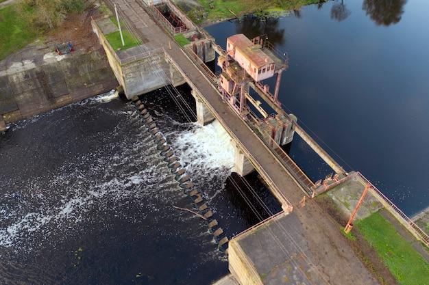 오래 된 수력 발전소의 공중 전망. 재생 가능 자원에서 전기를 얻습니다.