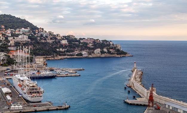 Аэрофотоснимок старого порта ниццы большие круизные лайнеры маяк города на холме ницца франция