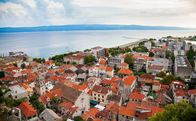 クロアチア、オミシュ旧市街と住宅の空撮