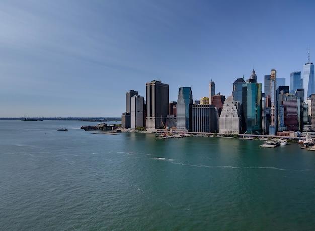 Вид с воздуха на панорамный пейзаж больших впечатляющих зданий в нью-йорке, штат нью-йорк, сша