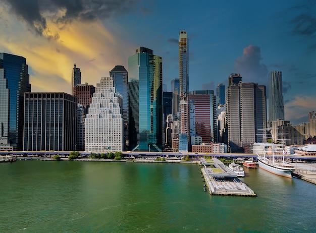 Вид с воздуха на панорамный пейзаж больших впечатляющих зданий в нью-йорке