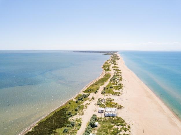 Вид с воздуха на платформу между лиманом и черным морем красивый пляж и кристально чистая вода сочи