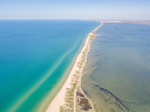 Вид с воздуха на платформу между устьем и черным морем недалеко от анапы сочи россия