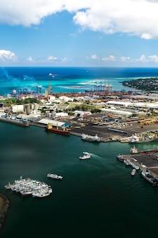 アフリカ、モーリシャスのポートルイスのウォーターフロントにある港の航空写真。