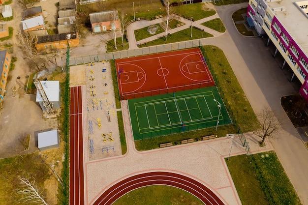 공중 농구 및 배구 코트와 어린이 운동장의 공중 뷰.