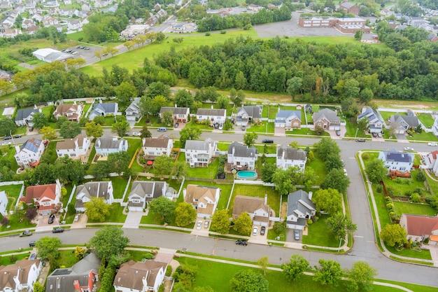 米国ニュージャージー州の高さからの住宅のホームロードの美しい郊外の住宅セアビルタウンエリアの空撮