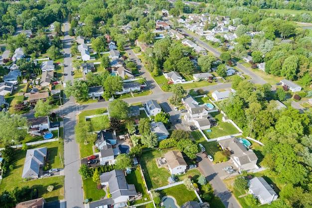 住居のホームロードの美しい郊外の住宅セアビルタウンエリアの航空写真から