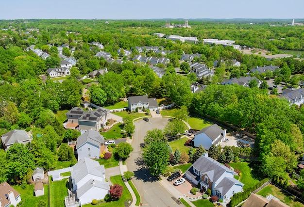 住宅のホームロードの美しい郊外の住宅セアビルタウンエリアの航空写真