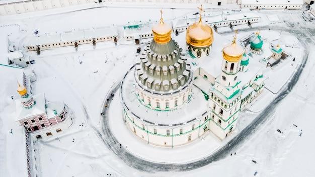 Вид с воздуха на воскресенский собор новоиерусалимского монастыря. зимний день. московская область истринский район