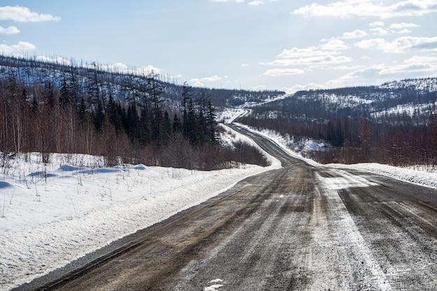 무인 항공기와 북부 자연의 겨울 봄 추상 풍경에 강과 타이가 숲과 도로의 공중보기