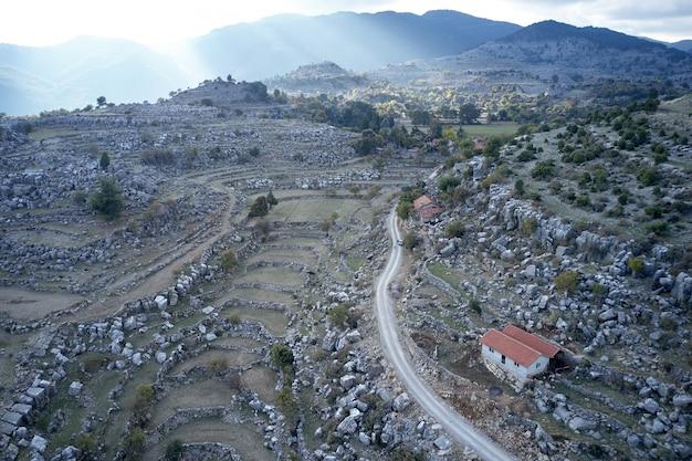 山の谷の道路の航空写真