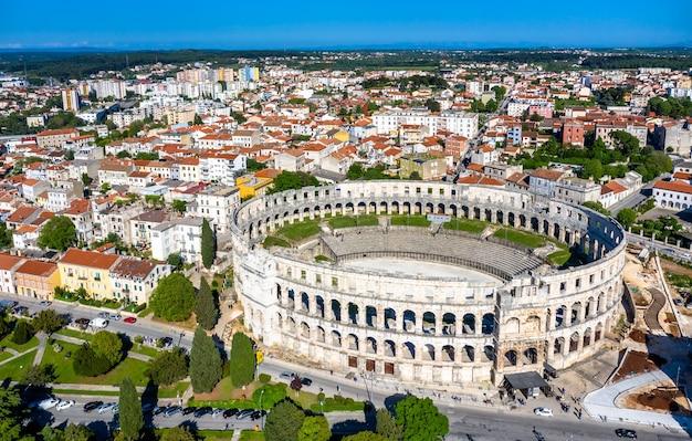 クロアチア、プーラのローマ円形劇場の空撮