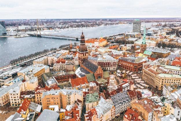 Вид с воздуха на крыши старого города в риге, латвия зимой