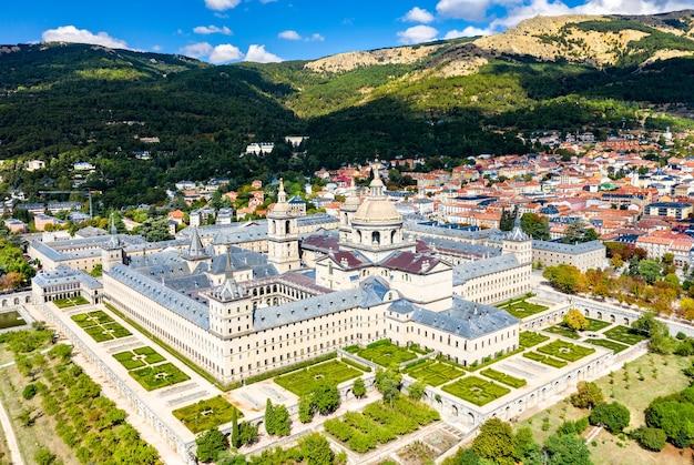 スペイン、マドリッド近郊のサンロレンソデエルエスコリアル王立修道院の航空写真