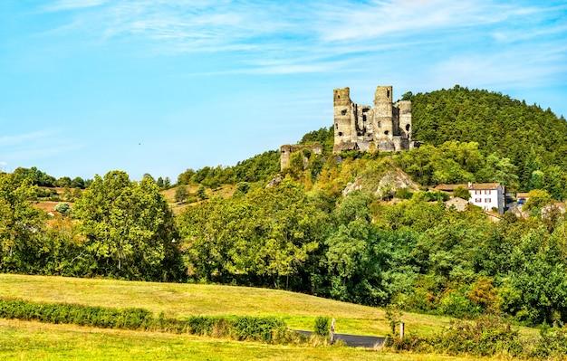 オーヴェルニュフランスのドメラ城の遺跡の航空写真