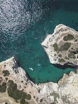海と崖の空撮