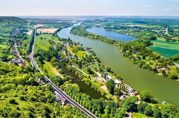 Вид с воздуха на реку сена в замке гайяр в нормандии, франция