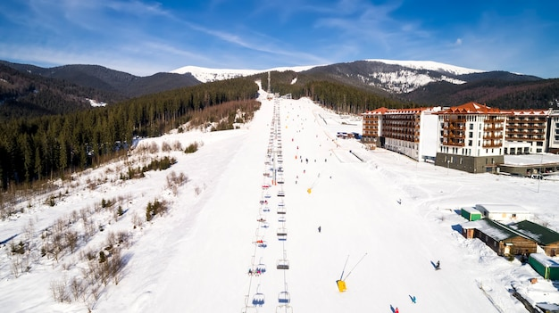 겨울에 산에서 스키 리조트의 공중 전망. 인공 눈을 뿌리는 기계.