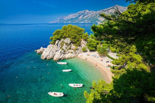 Вид с воздуха на небольшой красивый пляж подрасе в бреле, макарская ривьера, хорватия