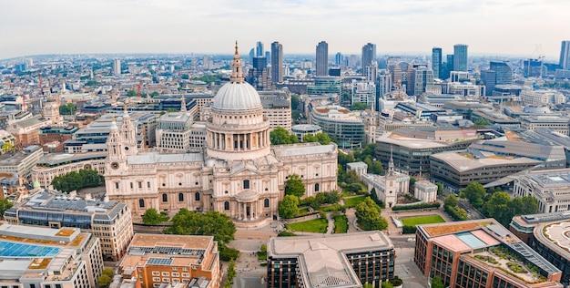 イギリス、ロンドンのセントポール大聖堂の空撮