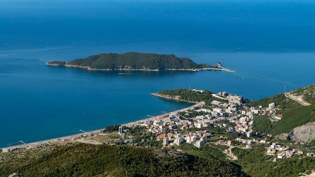 Вид с воздуха на город бечичи. черногория.