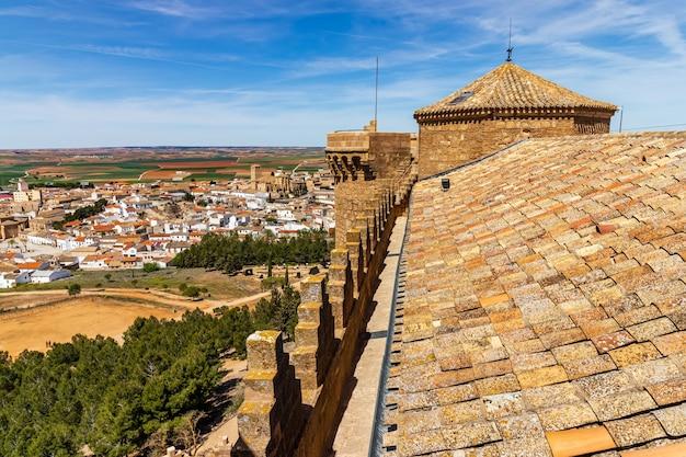 近くの丘の上にある中世の城からのベルモンテの町の空撮。カスティーリャラマンチャ。スペイン。