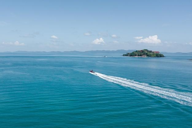 ボートからの水上のトレイルの空撮
