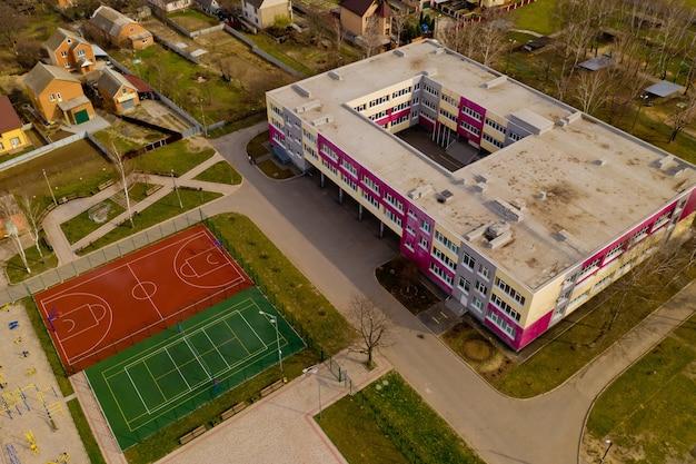 새로운 운동장을 갖춘 전형적인 우크라이나 학교의 공중 뷰.