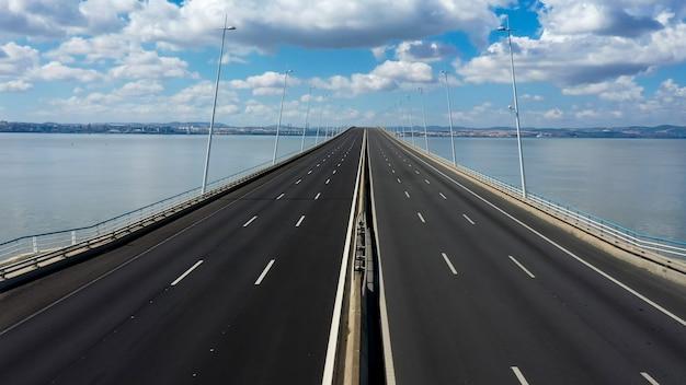 ポルトガル、リスボンのバスコダガマ橋の航空写真。