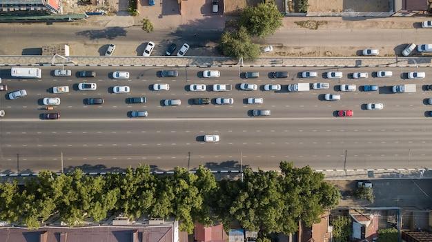Вид с воздуха на перекресток транспортных средств в час пик с автомобилями через мост