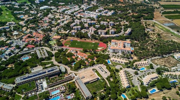 Вид с воздуха на побережье деревни алгарве, португалия. концепция выше пляжа португалии. летние каникулы