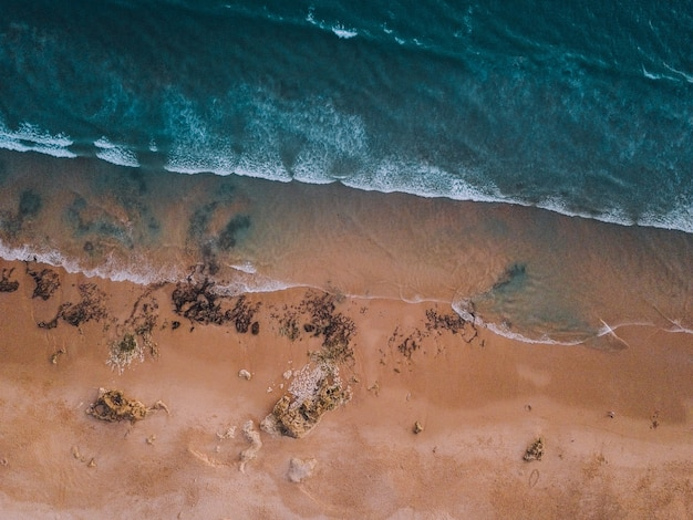 海と砂浜の波の空撮