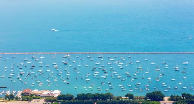 Вид с воздуха на стоянку для яхт.