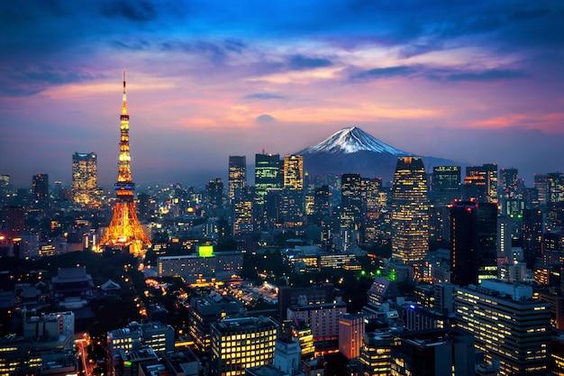 日本の富士山と東京の街並みの航空写真。