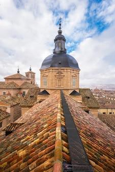 トレド市の屋根、および聖イルデフォンソの教会ドームの空撮。
